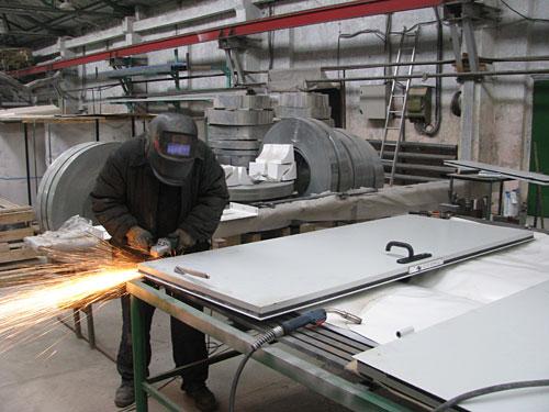 завод производит металлические двери