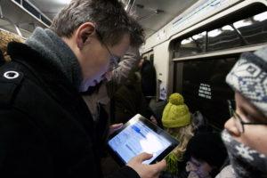 chitala-v-vagone-metro